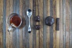 En kopp te och chokladgodisar Royaltyfri Foto