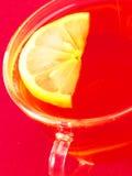 En kopp te och en citron fotografering för bildbyråer