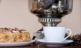 En kopp te och en paj Arkivfoto