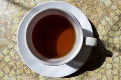 En kopp te på en stentabell Royaltyfria Bilder