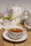 En kopp te på tabellen Royaltyfri Foto