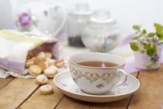 En kopp te på tabellen Royaltyfri Fotografi