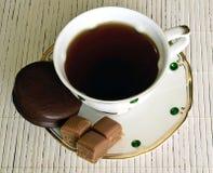En kopp te på tabellen och efterrätten fotografering för bildbyråer