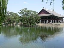 En koreansk sjö och slott i Seoul, Sydkorea Arkivbilder