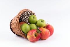 En korg av äpplen på en vit bakgrund Royaltyfri Bild