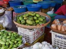 En korg av mango Royaltyfri Fotografi