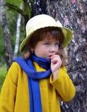 En korg av outdooen för hög för gräs för vår för stående för skönhet för blommaskogbarndom den lilla lyckliga för folk för träd f arkivfoton