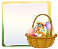 En korg av påskägget med en kanin Royaltyfri Bild