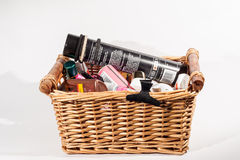 En korg av skönhetomsorgprodukter Arkivfoto