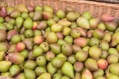 En korg av till salu organiska päron Arkivfoto