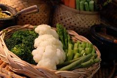 En korg mycket av veggies Arkivbilder