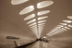 En korridor av en modern tunnelbanastation med perspektivpilar av ovala ljus Royaltyfria Bilder