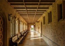 En korridor inom byggnaden av domkyrkan för begravaSt Edmunds Arkivbilder