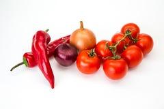 En krökt glödhet peppar på en vit Arkivfoto