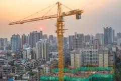 En kran i den konstruerande platsen, Guangzhou bostadsområde in Arkivfoton