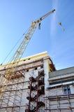 En kran lyfter påfyllningen på konstruktionen Royaltyfria Foton