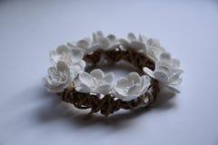 En krans av vita blommor Royaltyfria Bilder