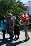 En krigsveterankvinna mottar blommor Royaltyfria Bilder