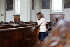 En kristen flicka är sitta och be med bruten hjärta i fotografering för bildbyråer