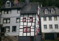 En krokig byggnad i semesterortstad av Monschau Arkivfoton
