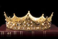 En krona och bibeln arkivbilder
