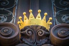 En krona p? en gammal d?rr royaltyfria bilder