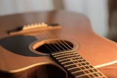 En kroppsikt för akustisk gitarr arkivfoto