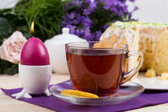 En kruka av te och kakor och porslinugglan Royaltyfri Bild