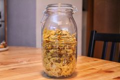En krus mycket av pasta arkivbild