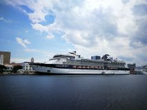 En kryssare som stoppar på port av Rio de Janeiro arkivfoton