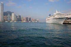 En kryssningeyeliner ansluter på Victoria Harbor i Hong Kong Arkivfoton