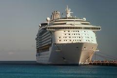 En kryssningship i port Fotografering för Bildbyråer