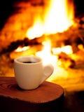 En kupa av hoat kaffe i fron av spisen Royaltyfri Fotografi