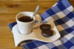 En kupa av kaffe och kexar royaltyfri foto