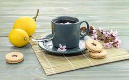 En kupa av tea och kexar Royaltyfri Foto