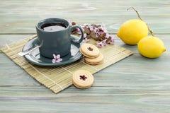 En kupa av tea och kexar Arkivfoto
