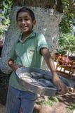 En Kurdish pojke med fiskmat i Urfa Royaltyfria Bilder
