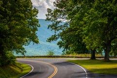 En kurva på horisontdrev, i den Shenandoah nationalparken, Virginia Arkivfoton