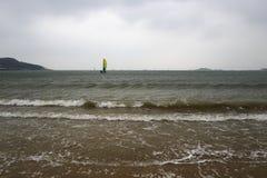 En kust die windsurfing varen Royalty-vrije Stock Afbeelding