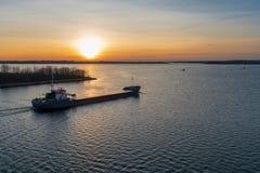 En kustfartyg på soluppgång arkivfoto
