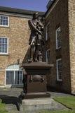 En kvalitet II listade statyn av Oliver Cromwell på en sockel i royaltyfri foto