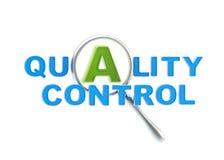 En kvalitetskontroll under förstoringsapparaten Arkivbild