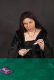 En kvinna är avläsningstarotkort Royaltyfri Bild