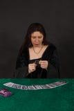 En kvinna är avläsningstarotkort Fotografering för Bildbyråer