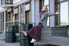 En kvinna är lycklig i staden Royaltyfri Bild
