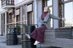 En kvinna är lycklig i staden Arkivbilder