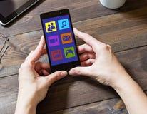 En kvinna använder sociala nätverk med en mobiltelefon Arkivfoton