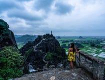 En kvinna förbiser bergen av nordliga Vietnam från Hang Mua, en populär fotvandra destination royaltyfri bild