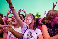 En kvinna från folkmassan med en maskering av Noel Gallagher (oas) på FIB (Festival Internacional de Benicassim) festivalen 2013 Arkivfoto