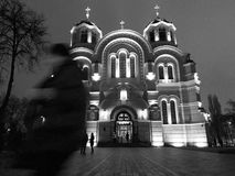 En kvinna går förbi domkyrka för ` s för St Volodymyr på natten Arkivbilder